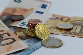 libertad financiera, imagen de monedas y billetes para el artículo sobre la libertad financiera